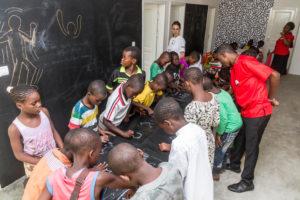 """85 000FCFA/130€ Vous offrez une séance d'un atelier créatif """" Les Petits Pinceaux"""" à 20 enfants"""