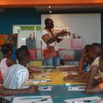 Hector Sonon avec les enfants des Atelier Petits Pinceaux