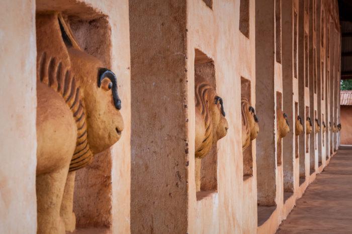 À la découverte des bas-reliefs ©Fondation Zinsou